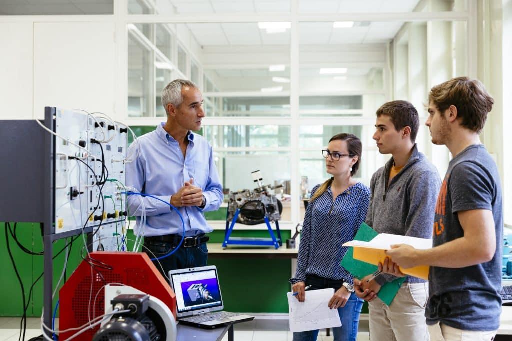 Professeur et étudiants ingénieurs